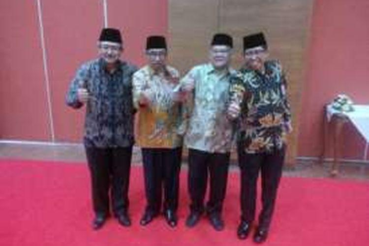 (Kiri-kanan) Hermanto Dardak, Taufik Widjojono, Mudjiadi, dan Hediyanto usai serah terima jabatan dengan pejabat baru di Kementerian Pekerjaan Umum dan Perumahan Rakyat (PUPR), Jakarta, Rabu (21/9/2016).