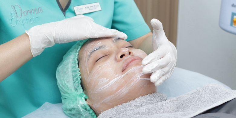 Salah satu tahapan facial di klinik Derma Express.