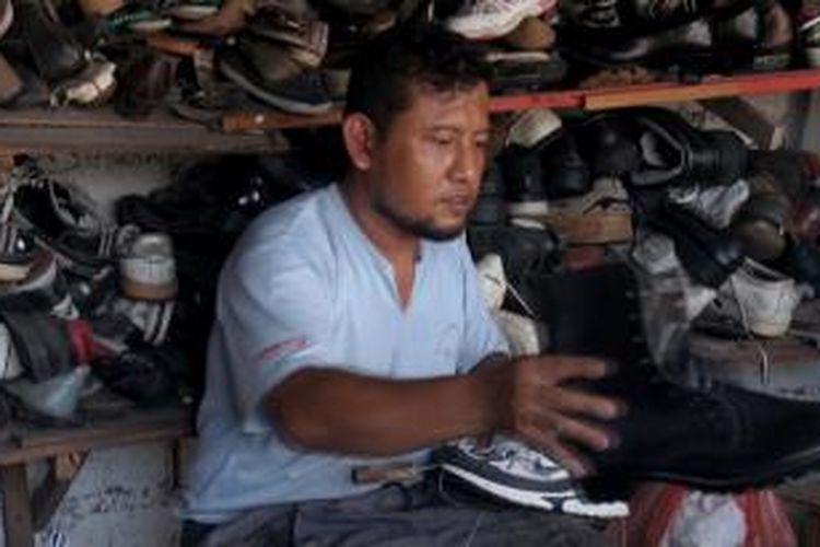 Hartoyo Jabarudiin terus berupaya memperkenalkan dirinya sebagai caleg kepada pelanggan sol sepatu