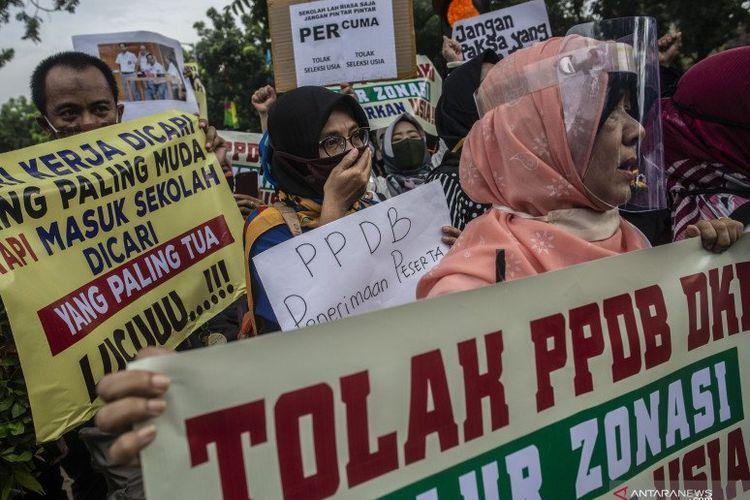 Sejumlah orang tua murid terdampak PPDB DKI Jakarta melakukan aksi unjuk rasa di depan Gedung Balaikota DKI Jakarta, Jakarta Pusat, Selasa (23/6/2020).