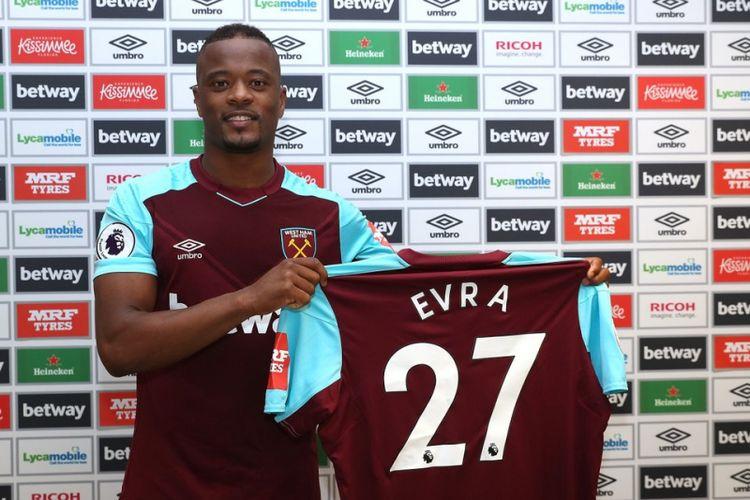 Patrice Evra diperkenalkan sebagai pemain baru West Ham United pada Rabu (7/2/2018).