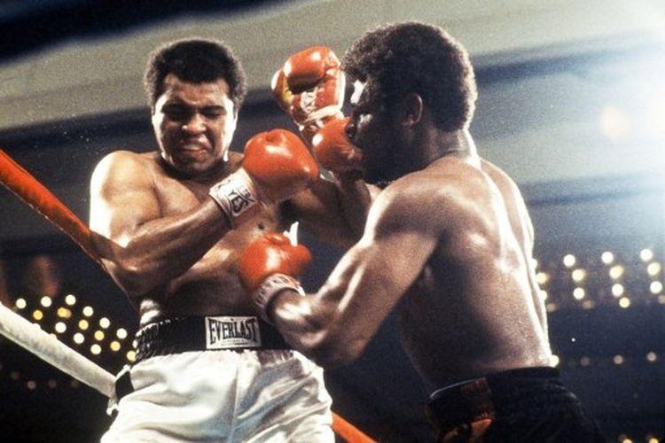 Muhammad Ali (kiri) ketika menghadapi <a href='https://manado.tribunnews.com/tag/leon-spinks' title='LeonSpinks'>LeonSpinks</a> pada duel tinju kelas berat yan dihelat di Las Vegas, Amerika Serikat, 15 Februri 1978.
