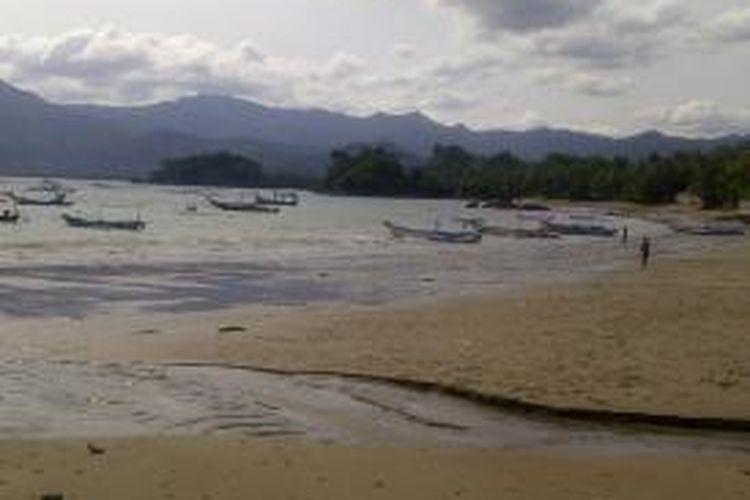 Pantai Asmara di komplek wisata Pantai Prigi, Kabupaten Trenggalek, Jawa Timur.