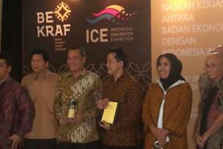 Kepala Badan Ekonomi Kreatif Triawan Munaf bersama CEO Kompas Gramedia Lilik Oetama di Galeri Nasional Indonesia Selasa (22/3/2016)