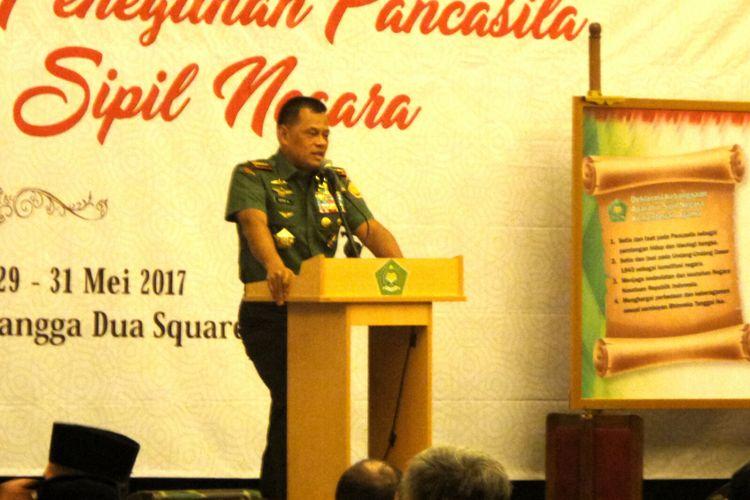 Panglima TNI Jenderal Gatot Nurmantyo saat memberikan pengarahan kepada pegawai negeri sipil Inspektorat Jenderal Kementerian Agama dalam workshop Peneguhan Pancasila Bagi Aparatur Sipil Negara, di Hotel Novotel Mangga Dua, Jakarta, Rabu (31/5/2017).