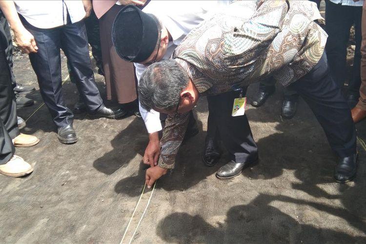 Gubernur Jawa Barat Ridwan Kamil (kiri) dan Direktur Utama Pertamina EP Nanang Abdul Manaf saat meninjau lokasi terdampak di Desa Cemarajaya, Kecamatan Cibuaya, Kabupaten Karawang, Rabu (7/8/2019).