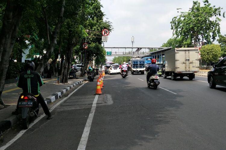 Kendaraan bermotor parkir di jalur sepeda, Jalan Pemuda, Jakarta Timur, Rabu (20/11/2019).