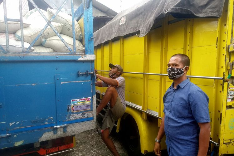 Suroto memeriksa jagung pemberian Presiden Jokowi untuk dirinya, Senin (20/9/2021)