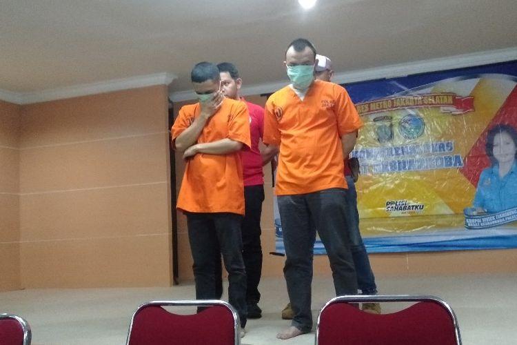 AK (kiri) dan HK (kanan), penyalur ganja untuk Roby Ertanto dan Jefri Nichol di Polres Metro Jakarta Selatan, Kamis (1/8/2019)