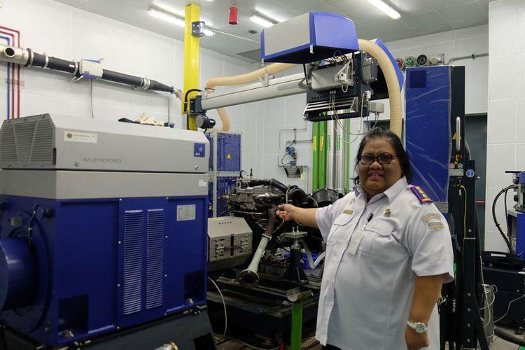Kepala BPLJSKB Caroline Noorida Aryani menunjukkan alat uji emisi untuk kendaraan berat berstandar UN R64
