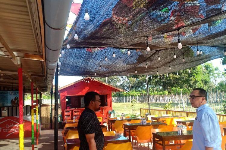 Pangunjung Kafe Panorama, di Kawasan Obyek Wisata Rancong, Kecamatan Muara Satu, Kota Lhokseumawe, Rabu (23/1/2020)