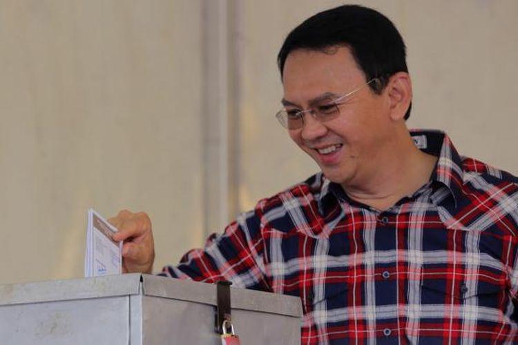 Gubernur DKI Jakarta Basuki Tjahaja Purnama memberikan suara di TPS 54 Kompleks Pantai Mutiara, Kelurahan Pluit, Kecamatan Penjaringan, Jakarta Utara, Rabu, (15/2/2017). Pemilihan kepala daerah dilakukan secara serentak pada hari ini di seluruh Indonesia.