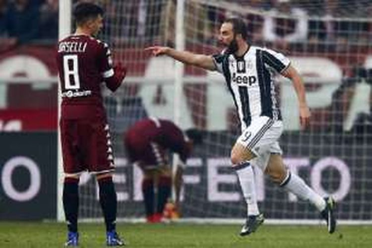 Gonzalo Higuain merayakan gol pertama Juventus ke gawang Torino pada pertandingan Serie A di Olimpico Turin, Minggu (11/12/2016).
