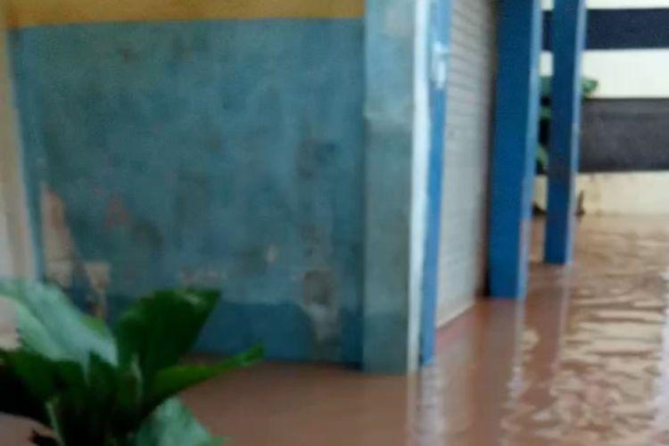 kawasan pemukiman Cipulir banjir pasca hujan deras, Minggu (26/1/2020).