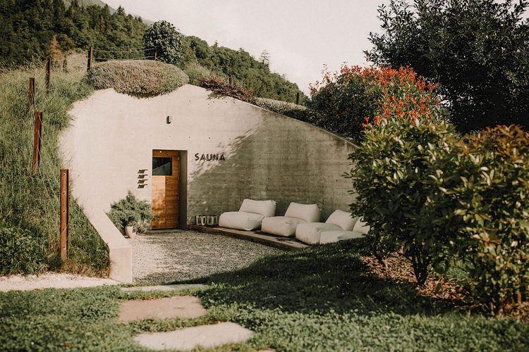 Hotel bernama Apfelhotel Torgglerhof di Italia yang memiliki lubang Hobbit.