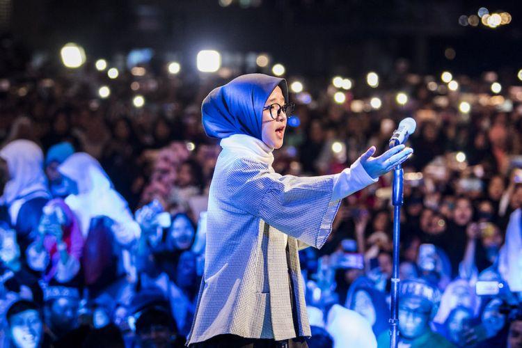 Vokalis Sabyan Gambus Nissa Sabyan menghibur ribuan santri saat Puncak perayaan Hari Santri Nasional 2018 di lapangan Gasibu, Bandung, Jawa Barat, Minggu (21/10/2018). Acara yang dihadiri santri dari berbagai daerah tersebut dalam rangka memperingati Hari Santri Nasional ke-3. ANTARA FOTO/M Agung Rajasa/ama.