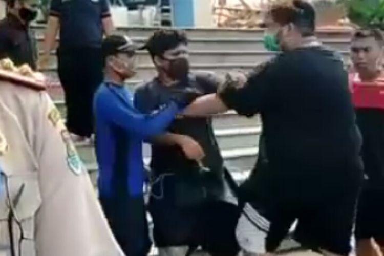 Video seorang wartawan yang diintimidasi saat melakukan peliputan kebakaran Gereja Christ Cathedral GBI Basilea di Kawasan Pagedangan, Kabupaten Tangerang, Senin (27/4/2020), viral di media sosial.