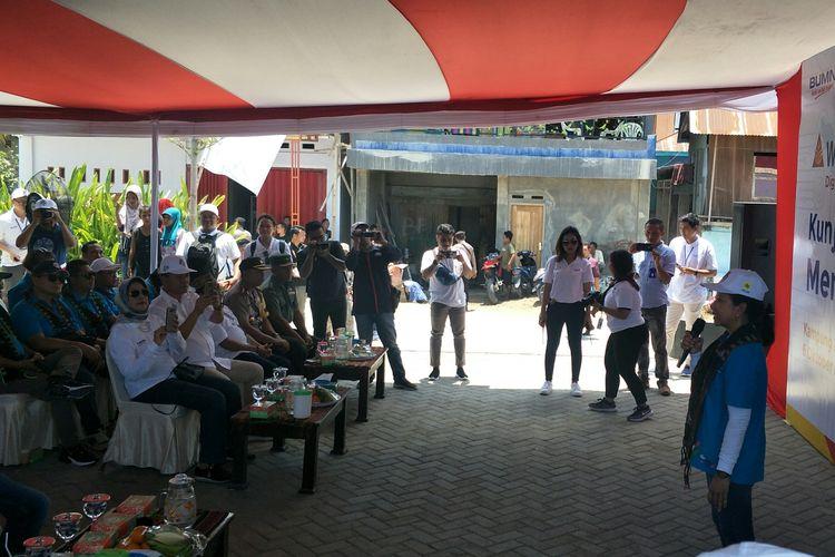 Menteri BUMN Rini Soemarno saat meresmikam Warung Ides di Labuan Bajo, Minggu (6/10/2019)