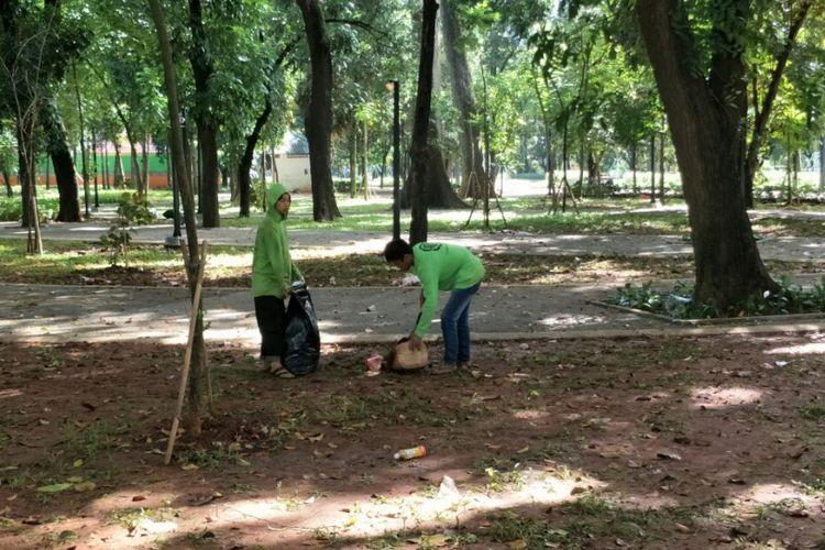 Petugas membersihkan sampah yang masih berserakan di taman sekitar Stadion Utama Gelora Bung Karno (SUGBK), Senayan, Jakarta Pusat, dua hari pasca-final Piala Presiden, Senin (19/2/2018).