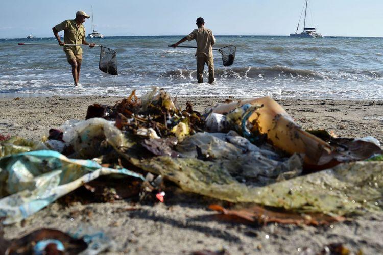 Sejumlah petugas membersihkan sampah-sampah yang mengotori Pantai Senggigi di Batulayar, Gerung, Lombok Barat, Nusa Tenggara Barat (NTB), Rabu (13/9/2017). Upaya pembersihan tersebut untuk kenyamanan wisatawan yang berkunjung.