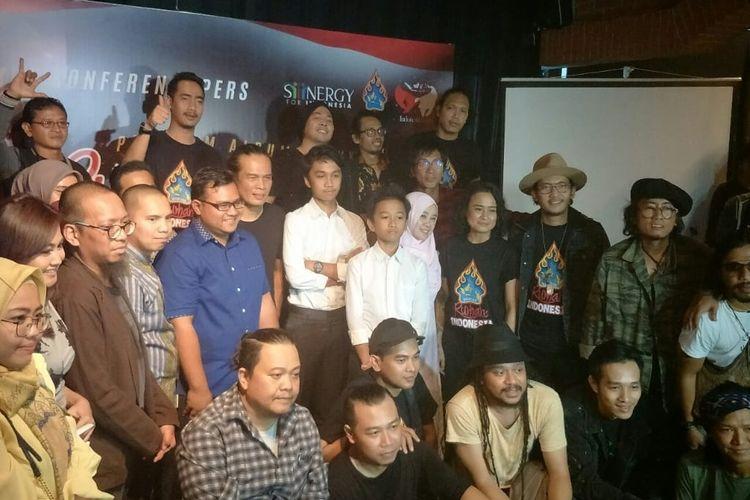 Pay BIP bersama rekan-rekan musisi dalam Jumpa pers Album Nyanyian Rumah Indonesia di kawasan SCBD, Jakarta Selatan, Selasa (1/10/2019).