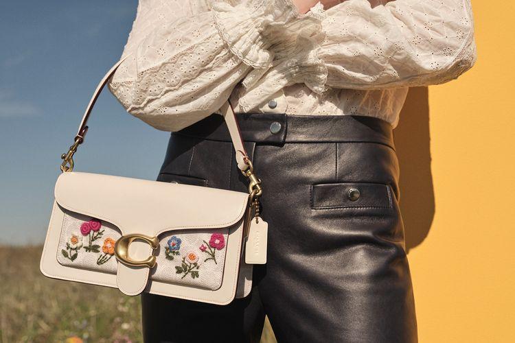 Salah satu koleksi tas Tabby with Floral Embroidery dari Coach