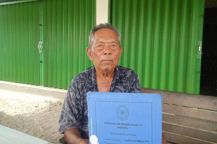 Abdul Wahab (80) mencari keadilan soal tanahnya yang tak segera diganti rugi oleh Pemkot Padang, padahal diambil untuk jalan By Pass. Ia memperlihatkan berkas tanahnya yang belum diganti rugi Pemkot Padang, Kamis (14/01/2021).