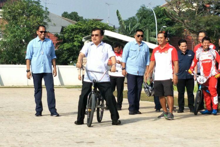 Wakil Presiden RI Jusuf Kalla (JK) mencoba naik sepeda BMX di venue Asian Games, Pulomas, Jakarta Timur, Jumat (29/6/2018).