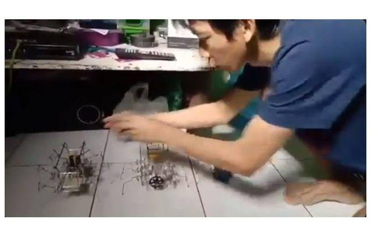 Pemuda tunawicara, Ahmad Sobandi (24), bikin robot pakai payung bekas dan dinamo bekas.