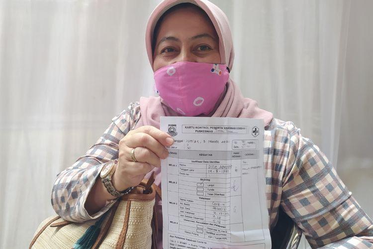 Dina Agustin, seorang dosen di Universitas Islam Syekh Yusuf Kota Tangerang berharap dapat segera bertemu dengan mahasiswanya usai divaksin di Pusat Pemerintahan Kota Tangerang, Banten, Jumat (5/3/2021) siang.