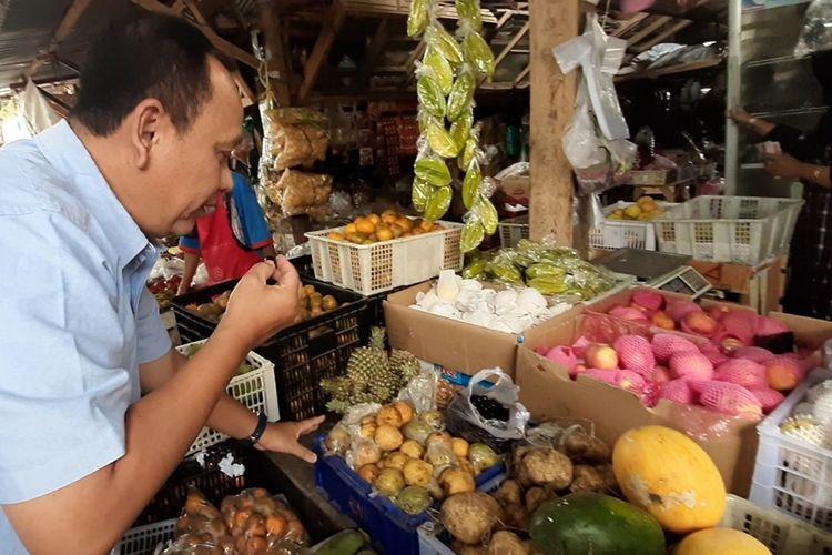 Pembeli Membeli Buah Duwet yang dijual di Pasar Tradisional Kecamatan Playen, Gunungkidul Senin (14/10/2019)