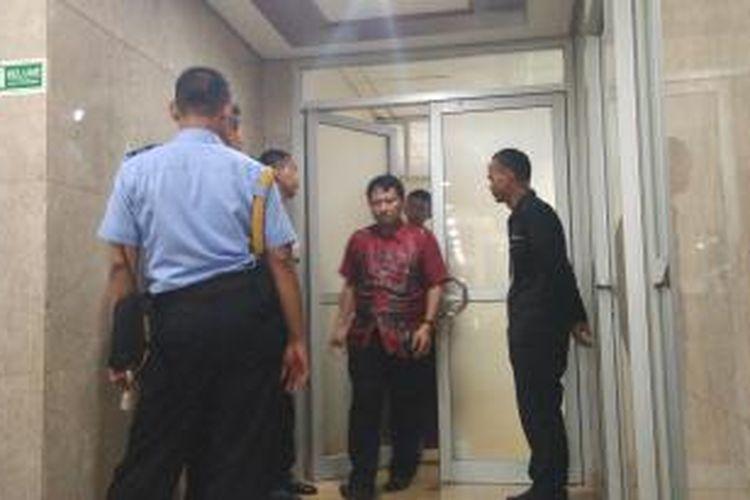 Petugas Pengamanan Dalam DPR menjaga pintu masuk ke ruang  anggota Komisi V dari Fraksi Golkar Budi Supriyanto, di Kompleks Parlemen, Senayan, Jakarta, Jumat (15/1/2016). Penyidik KPK tengah menggeledah ruang kerja Budi.