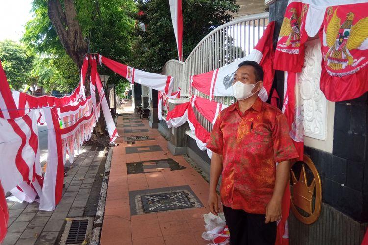 Nanang Permana (60), penjual bendera yang menjajakan dagangannya di sekitar Jalan Adi Sucipto, Banyuwangi.