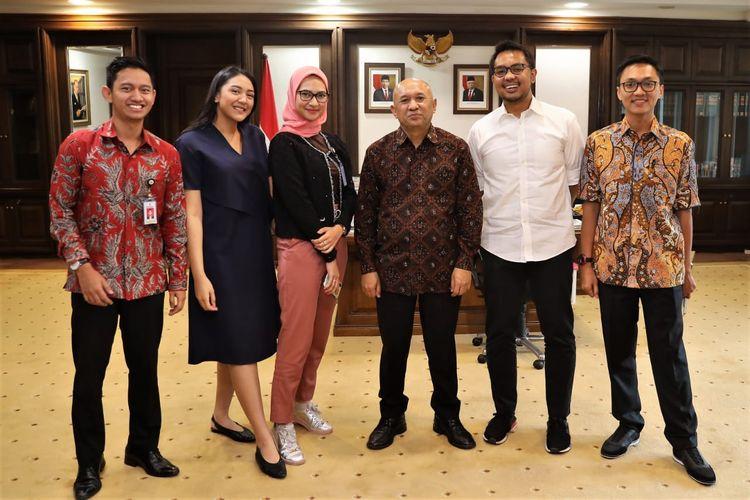 Menteri Koperasi dan UKM Teten Masduki menerima audiensi dari Staf khusus Presiden Joko Widodo di Ruang Kerja Menteri Koperasi dan UKM. Jakarta, Selasa(3/12/2019).