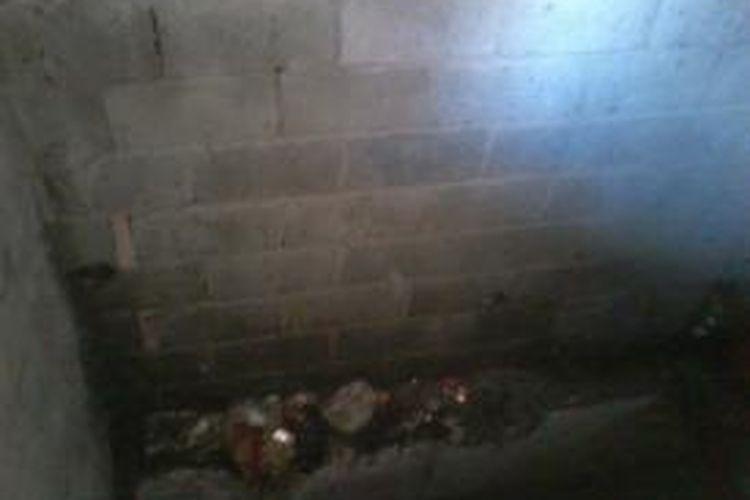 Penampakan sampah di tempat pembuangan sampah sementara di Rusun Marunda. Posisi TPS yang berada di sebelah tangga menimbulkan aroma tak sedap kepada para penghuni rusun.