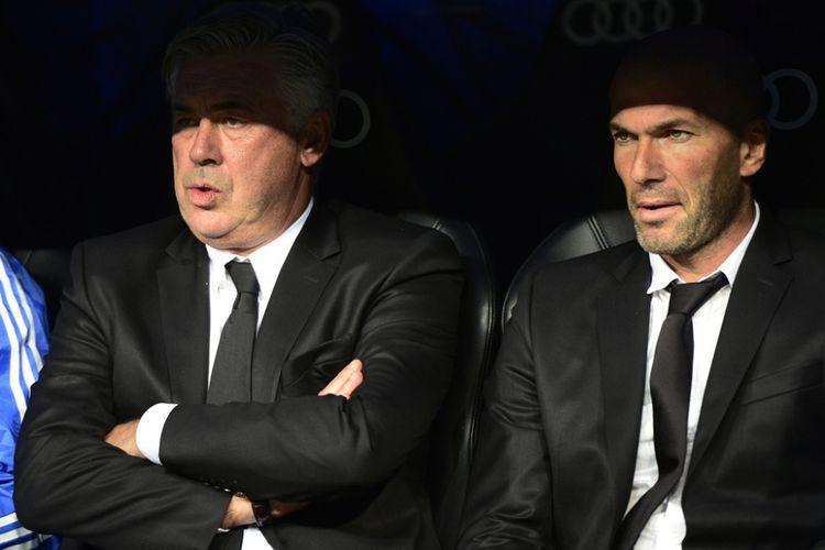 Carlo Ancelotti (kiri) dan Zinedine Zidane menduduki bangku cadangan saat Real Madrid melawan Sevilla pada partai La Liga - kasta teratas Liga Spanyol - di Stadion Santiago Bernabeu, 30 Oktober 2013.
