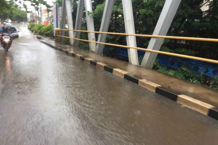 Genangan air di jalan Ir H Juanda, Depok, Jumat (25/1/2019).
