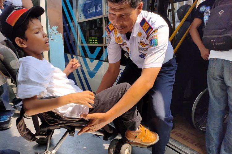 Penyandang disabilitas diajak berwisata keliling Jakarta di Hari Disabilitas Internasional.