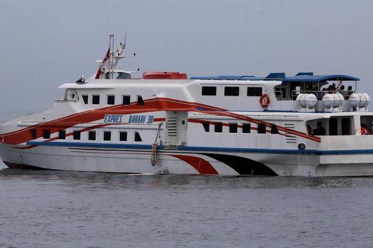 Kapal PT Pelni KM Express Bahari 3B dengan tujuan Kepulauan Seribu di Pelabuhan Sunda Kelapa, Jakarta Utara, Selasa (10/1/2017)