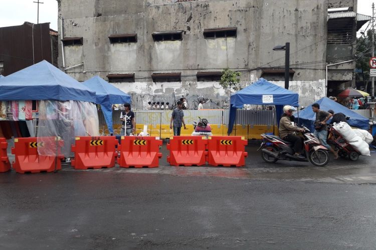 Motor melintasi lajur pedagang di Jalan Jatibaru Raya, Tanah Abang dimana kendaraan bermotor dilarang melintas pukul 08.00 - 15.00 WIB selain transjakarta Tanah Abang Explorer pada Senin (5/2/2018).