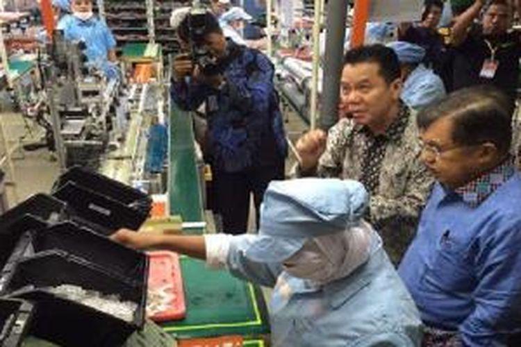 Wakil Presiden Jusuf Kalla menyambangi pabrik ponsel di Batam