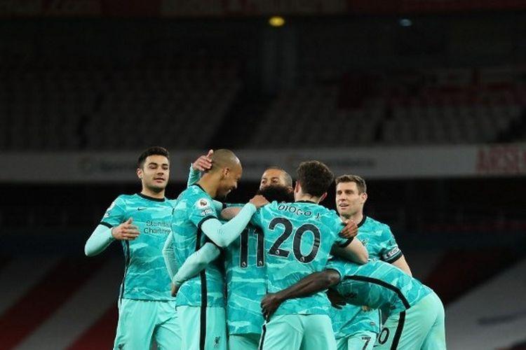 Para pemain Liverpool merayakan gol Mohamed Salah dalam pertandingan Liga Inggris antara Arsenal dan Liverpool di Stadion Emirates, Minggu (4/4/2021) dini hari WIB.