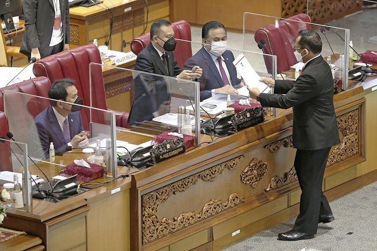 Menteri Dalam Negeri Tito Karnavian (kanan) menyampaikan pandangan pemerintah kepada Wakil Ketua DPR Sufmi Dasco Ahmad (ketiga kanan) disaksikan Azis Syamsudin (kiri) dan Rahmat Gobel (kedua kanan) saat Rapat Paripurna DPR RI Ke-23 Masa Persidangan V Tahun Sidang 2020-2021 di Gedung Nusantara II, Senayan, Jakarta, Kamis (15/7/2021). Rapat tersebut mengesahkan Perubahan Kedua atas Undang-Undang Nomor 21 tentang Otonomi Khusus Provinsi Papua. ANTARA FOTO/Joni Iskandar/HO/mrh/hp.