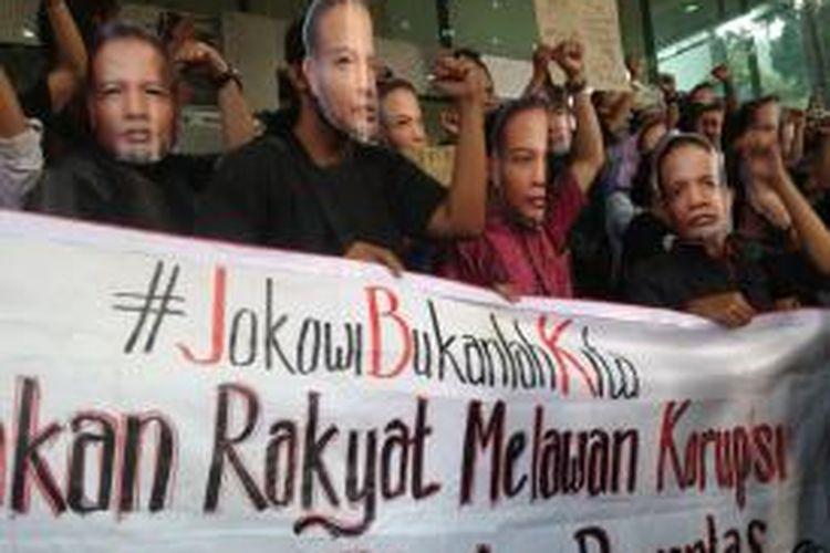 Puluhan orang menggunakan topeng bergambar wajah Wakil Ketua Komisi Pemberantasan Korupsi, Bambang Widjojanto, melakukan orasi dan aksi di depan lobi Gedung KPK, Kuningan, Jakarta, Sabtu (24/1/2015) sore.