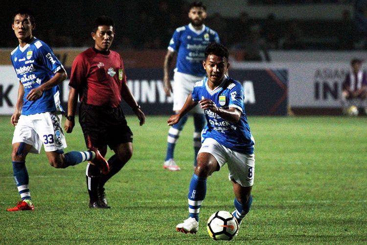 Pemain Persib Bandung, Gian Zola, saat melakoni pertandingan melawan Bhayangkara FC di Liga 1 2018, di Stadion Gelora Bandung Lautan Api (GBLA), Kota Bandung. (KOMPAS.com/SEPTIAN NUGRAHA)