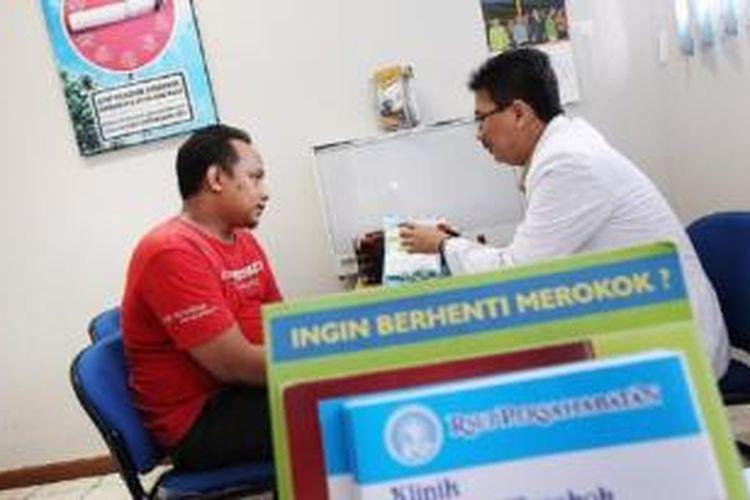 Klinik Berhenti Merokok seperti yang ada di RS Persahabatan, Jakarta, ini dapat menjadi alternatif solusi bagi perokok yang serius untuk menyetop kebiasaan merokok.