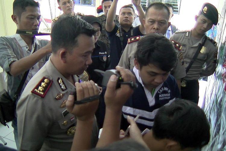 Kapolres Pemalang AKBP Kingkin Winisuda menginterogasi Rizki Awaludin salah seorang pelaku pembobol mesin ATM di Kecamatan Moga, Pemalang, Jawa Tengah.