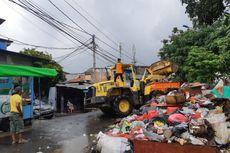 Harus Kerja Ekstra Angkut Sampah Sisa Banjir, Rukmayadi Bersyukur Rumahnya Tak Tergenang