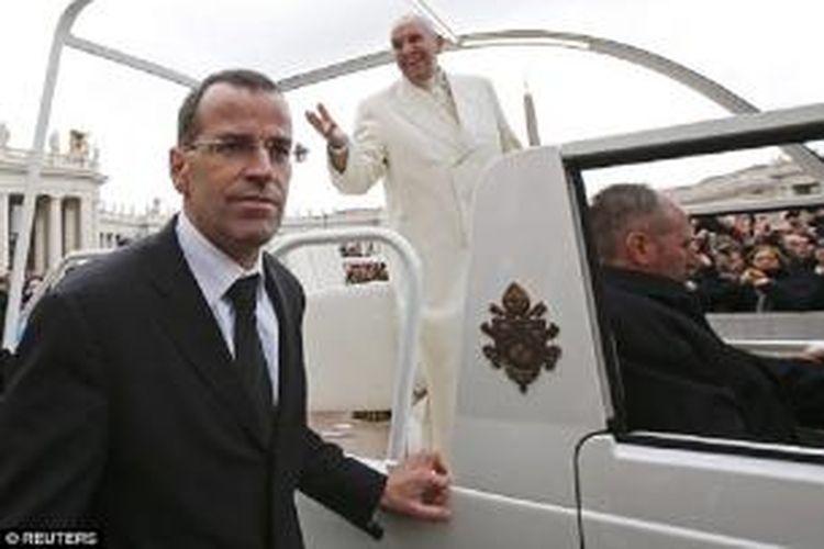 Paus Fransiskus, kanan, telah memecat Kolonel Daniel Rudolf Anrig, kiri, yang selama ini menjadi kepala Garda Swiss, pasukan pengawal paus.