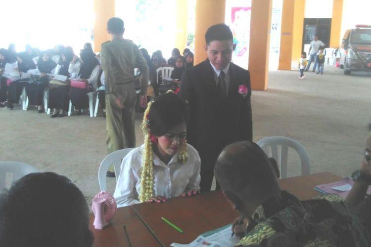 Stephanie salah satu peserta datang ke lokasi seleksi di gedung bersama kantor Pemkot Batam, Batam Centre, Batam, Kepulauan Riau (Kepri) mengenakan baju pengantin, Sabtu (10/11/2018) pagi kemarin.
